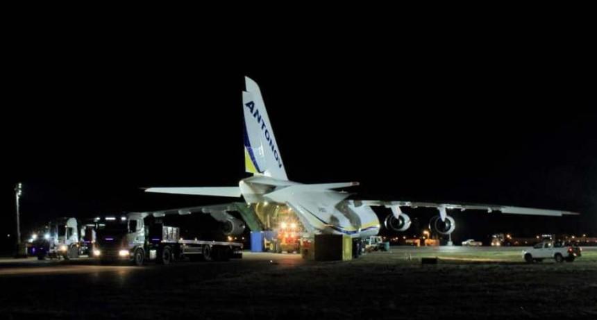 Llegó el Antonov con las piezas para apagar el incendio del pozo de YPF