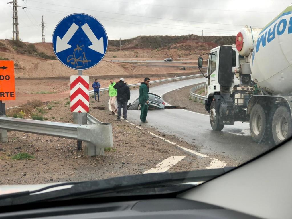 Cedió el asfalto en el acceso a la Autovía Norte y se tragó un auto