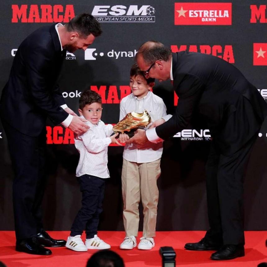 Messi recibe su sexta Bota de Oro a los 15 años de su debut con el Barça