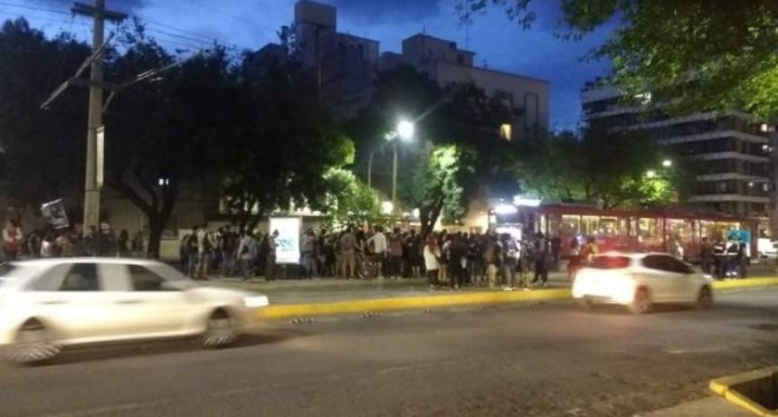 Tensión en la plaza Chile de Mendoza: 9 detenidos tras enfrentarse con la policía