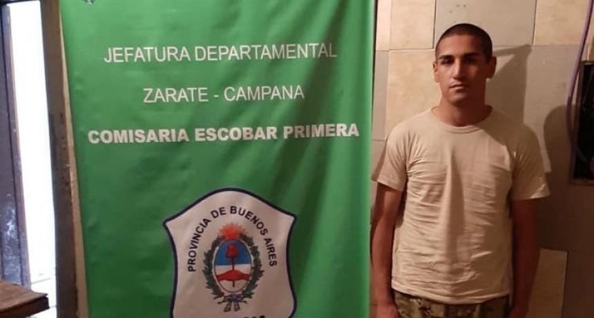 Detuvieron a un hombre disfrazado de soldado en una escuela bonaerense de Escobar.