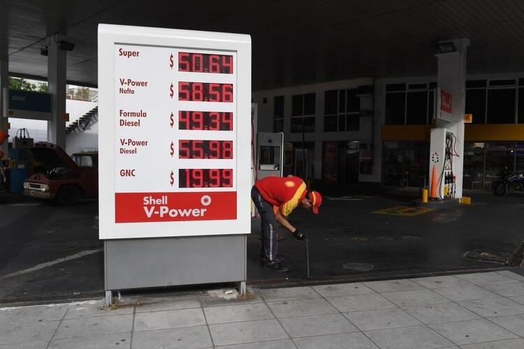 Combustibles: según las petroleras, el atraso en los precios todavía es del 15% y en diciembre habrá nuevos aumentos