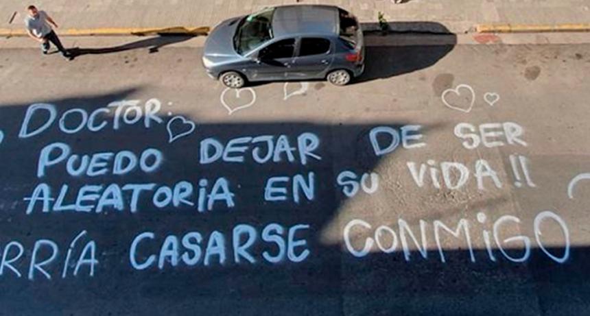 Su novia lo sorprendió con una llamativa propuesta de casamiento pintada con graffiti sobre la calle