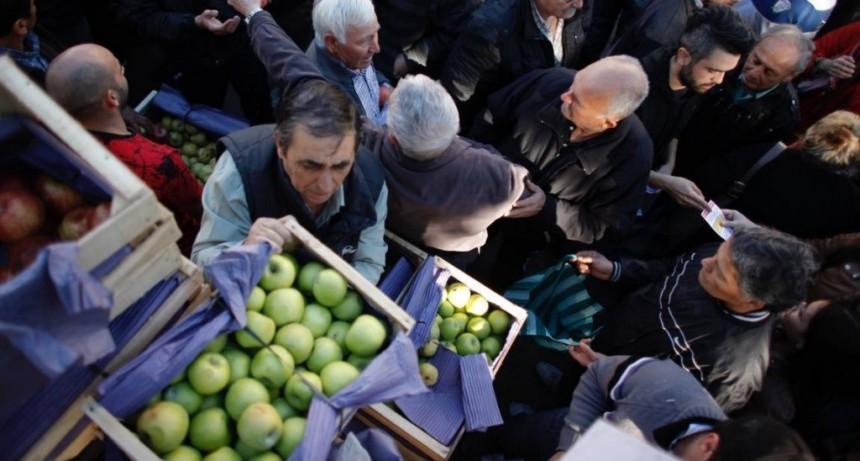 Hambre Cero: reparten manzanas en Cipolletti